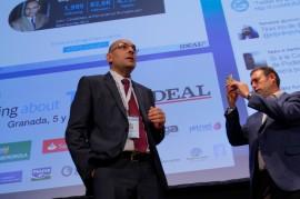 El alcalde de Jun (d) fue el encargado de moderar la charla de Elpidio Silva en la segunda jornada de Talking About Twitter.