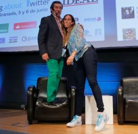 Iñaki Cano bromea con Amaya Valdemoro, subido a un sillón.